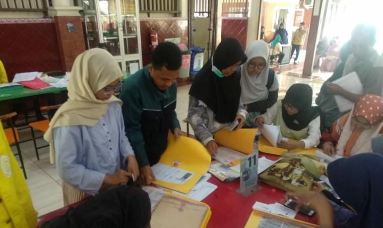 Penerima beasiswa Pemkab Serang sedang pemberkasan di Universitas Indonesia. (Foto: TitikNOL)