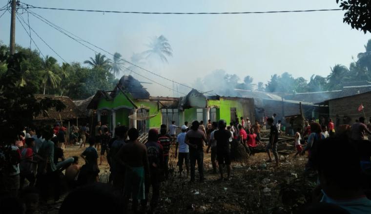 Kebakaran yang terjadi di Desa Muara, Kecamatan Wanasalam Kabupaten Lebak. (Foto: TitikNOL)