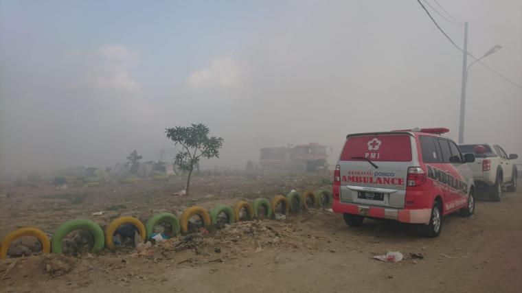 Kepulan asap terlihat pekat di TPSA Bagendung yang terbakar. (Foto: TitikNOL)