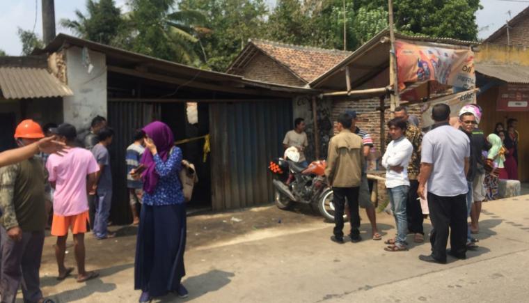 Warga berkerumun melihat lokasi penemuan dan anak yang tergelak di dalam rumah. (Foto: TitikNOL)