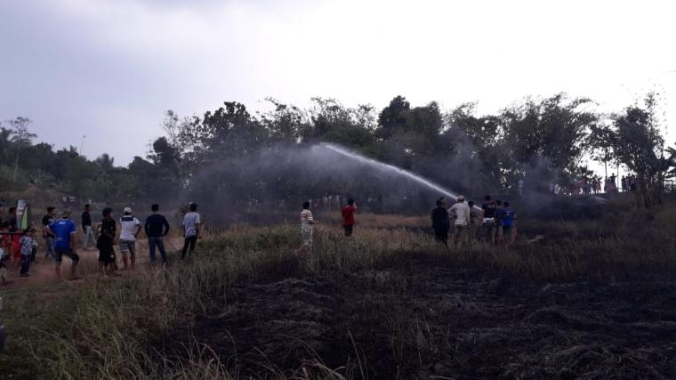 Kebakaran lahan yang terjadi di Kampung Cibahbul RT01 / RW 01, Desa Rangkasbitung Timur, Kecamatan Rangkasbitung, Kabupaten Lebak. (Foto: TitikNOL)