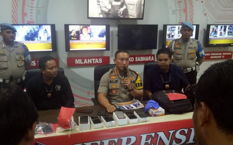 Press Conference pengungkapan perampokan counter handphone (HP) di Desa Dukuh, Kecamatan Cikupa, Kabupaten Tangerang. (Foto: TitikNOL)