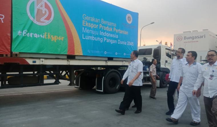 Kepala Badan Karantina Pertanian, Ali Jamil saat melakukan pelepas empat komoditas yang akan di ekspor. (Foto: TitikNOL)