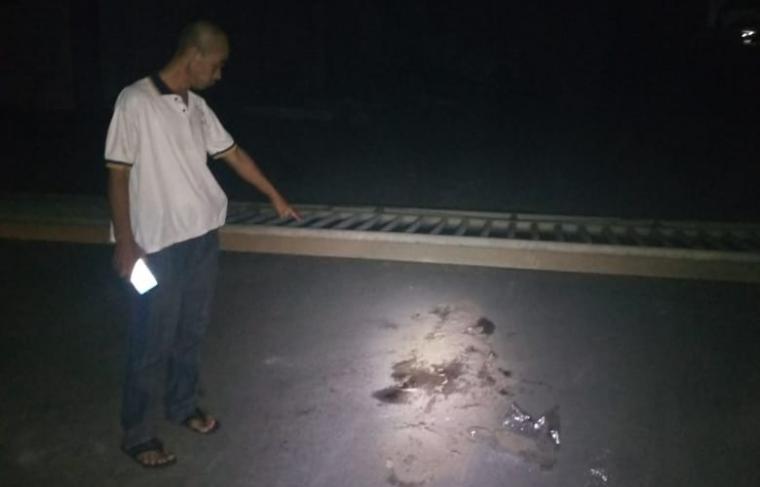 Salah seorang warga menunjukan lokasi kecelakaan kerja yang menewaskan karyawan PT Dakyung. (Foto: Ist).