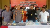 Sejumalah PNS Pemda Lebak dan warga antri tukar uang pecahan baru untuk berlebaran. (Foto: TitikNOL)