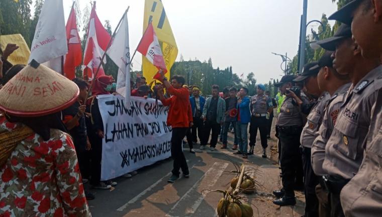 Front Mahasiswa Cilegon saat menggelar aksi unjuk rasa di depan kantor Walikota Cilegon. (Foto: TitikNOL)
