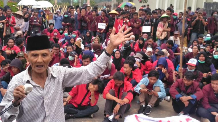 Aksi unjuk rasa di Kawasan Pusat Pemerintahan Provinsi Banten (KP3B), Curug, Kota Serang, Selasa (24/9/2019). (Foto: TitikNOL)
