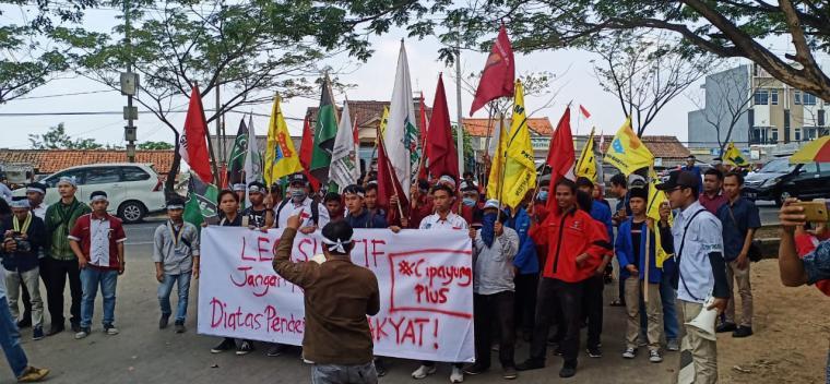 Sejumlah mahasiswa saat menggelar aksi di depan gedung DPRD Banten. (Foto: TitikNOL)