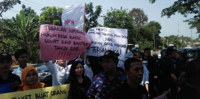 aksi unjukrasa di depan gerbang Kejaksaan Tinggi (Kejati) Banten di Palima, Kota Serang, Kamis (12/9/2019). (Foto: TitikNOL)