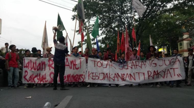 Unjuk rasa ribuan mahasiswa dan pelajar yang tergabung dalam persatuan pelajar dan mahasiswa Banten (PPMB). (Foto: TitikNOL)