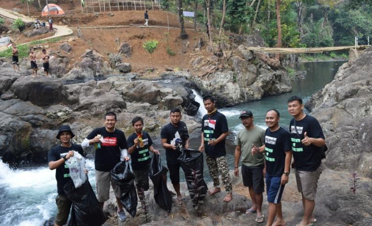 Sejumlah pengurus OI se-Banten, saat melakukan aksi bersih sampah di objek wisata Leuwi Bumi, Pandeglang. (Foto: Ist)