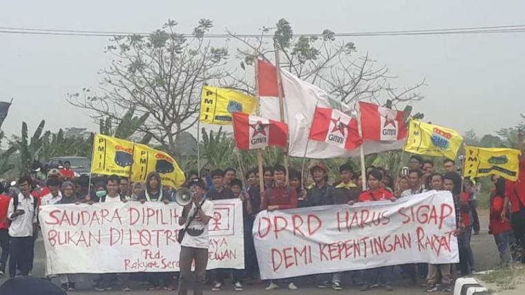 Aksi unjukrasa puluhan Mahasiswa yang tergabung dalam Cipayung Plus Kota Serang yang menolak Peraturan Daerah (Perda) tentang hiburan malam. (Foto: TitikNOL