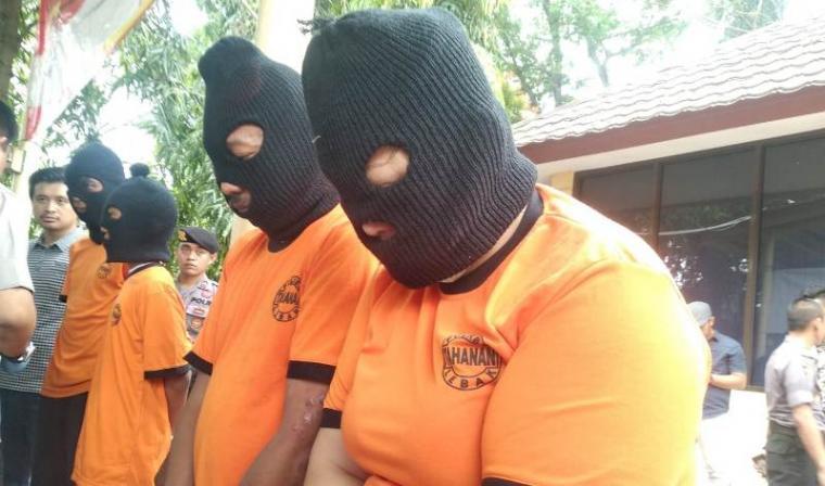 Dua pelaku pembunuhan wanita berinisial A (45). (Foto: TitikNOL)