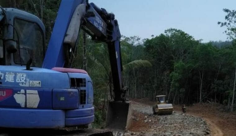 Alat berat berupa excavator dan silinder yang diturunkan Komando Distrik Militer (Kodim) 0603/Lebak dalam kegiatan Pra bhakti TMMD. (Foto: TitikNOL)