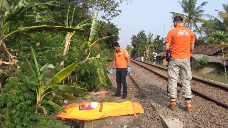 Petugas identifikasi Satreskrim Polres Cilegon melakukan evakuasi korban yang tertabrak kereta api. (Foto: Ist).