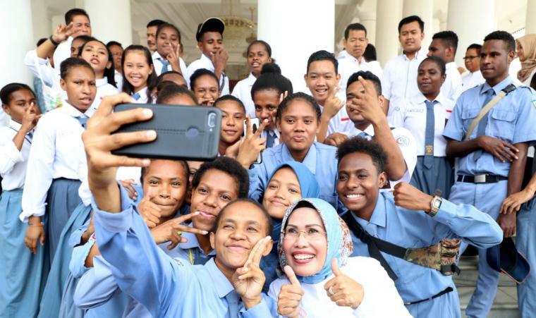 Bupati Serang, Ratu Tatu Chasanah saat foto bersama puluhan pelajar Papua di Pendopo Bupati Serang, Rabu (18/09/2019). (Foto: TitikNOL)