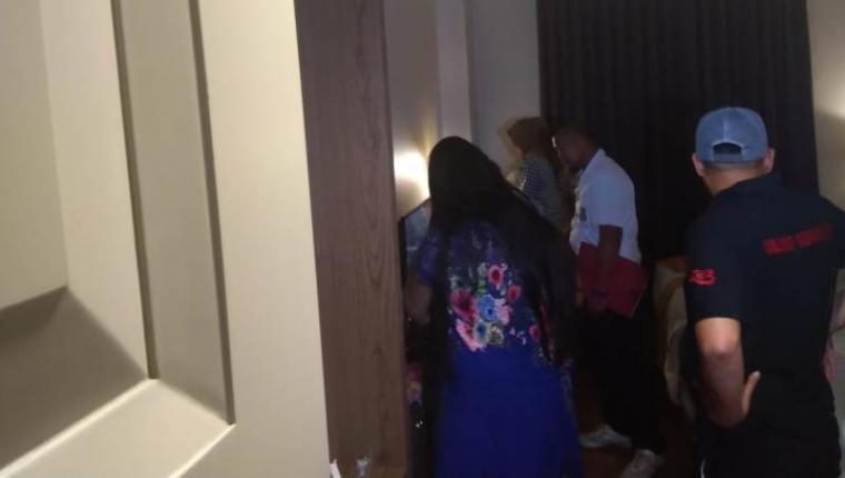 Penggerebegan dua wanita yang diduga menyediakan jasa prostitusi via online di Hotel Horison, di Jalan Lingkar Selatan, Kota Cilegon. (Foto: TitikNOL)