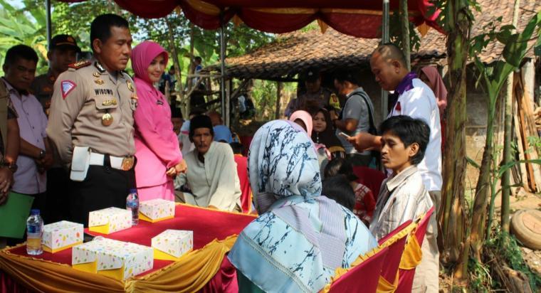 Direktur Lalulintas (Dilantas) Polda Banten Kombes Pol Wibowo, Wadirlantas AKBP Maesa Soegriwo, Para Pejabat Utama dan Bhayangkari serta personil Ditlantas di halaman rumah Sarkali. (Foto: TitikNOL)