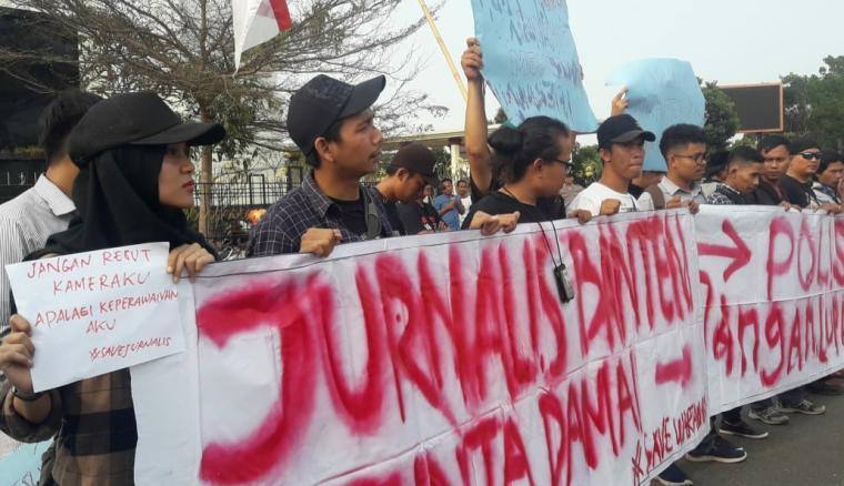 Aksi unjukrasa puluhan wartawan di depan tugu Kawasan Pusat Pemerintahan Provinsi Banten (KP3B), Kamis (26/9/2019). (Foto: TitikNOL)