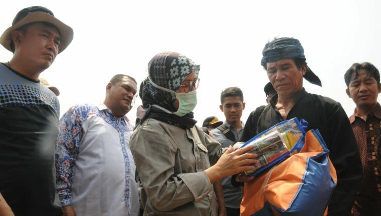 Bupati Lebak saat menyerahkan bantuan yang diterima tokoh masyarakat Baduy Jaro Tanggungan 12 Ayah Saidi Putra untuk korban kabakaran. (Foto: TitikNOL)