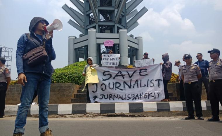 Aksi unjuk rasa wartawan di Landmark Simpang Tiga Cilegon. (Foto: TitikNOL)