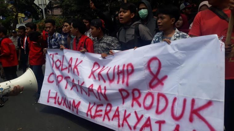 Aksi demontrasi Puluhan mahasiswa yang tergabung dalam organisasi Gerakan Mahasiswa Nasional Indonesia (GMNI), menolak Revisi Undang Undang Hukum Pidana (RKUHP) di Jl Jendral Soedirman, Senin (23/9/2019). (Foto: TitikNOL)