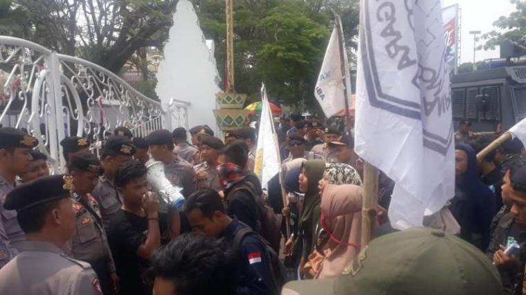 Aksi unjukrasa sejumlah mahasiswa yang tergabung dalam Forum Mahasiswa Kabupaten Serang (FMKS). (Foto: TitikNOL)