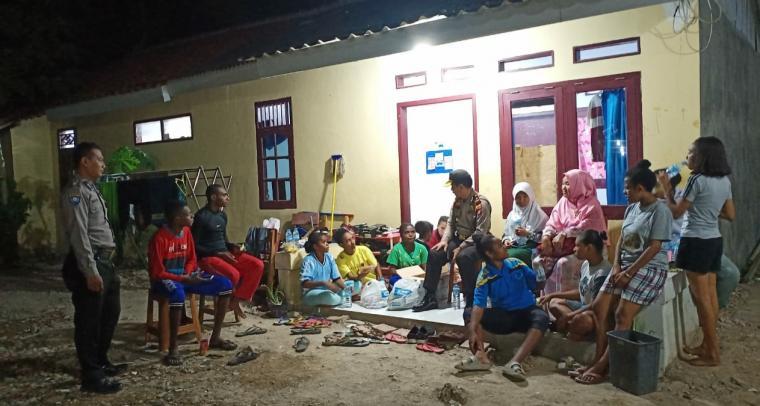 Kapolsek Ciruas Kompol Sukirno bersama siswa siswi Papua di halaman mess. (Foto: TitikNOL)