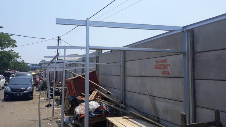 Pembangunan kios Pasar Induk Rau (PIR). (Foto: TitikNOL)