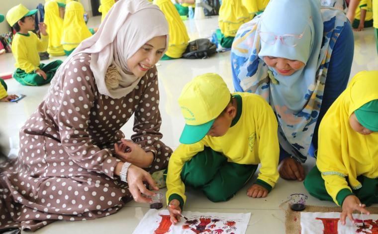 Murid TK Raudhatul Atfal Baitul Mutaqin saat belajari motif dan membatik di sanggar Batik Krakatoa Cilegon. (Foto: TitikNOL)
