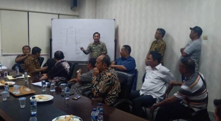 Suasana musyawarah mufakat dengan para koordinator lapak di Pasar Induk Rau (PIR), Pemerintah Kota (Pemkot) Serang. (Foto: TitikNOL)