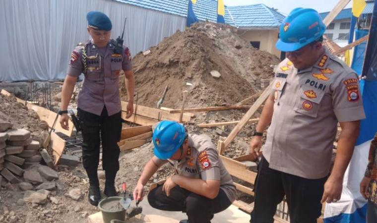Kapolda Banten Irjen Pol Tomsi Tohir saat melakukan peletakan batu pertama GCC Ditpolairud Polda Banten. (Foto: TitikNOL)