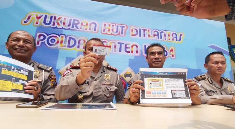 Smart SIM ditunjukan oleh Wadirlantas Polda Banten AKBP Maesa. (Foto: TitikNOL)