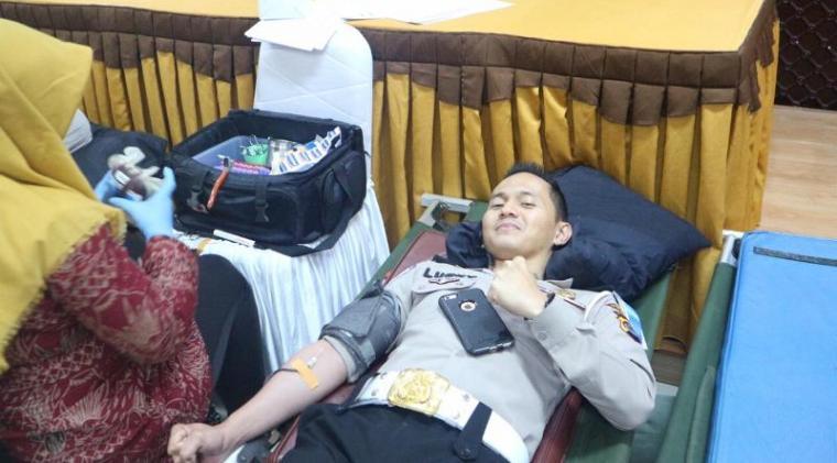 Suasana donor darah dalam rangka memperingati HUT Lalulintas Bhayangkara ke-64 di Aula Ditlantas Polda Banten, Kamis (5/9/2019).