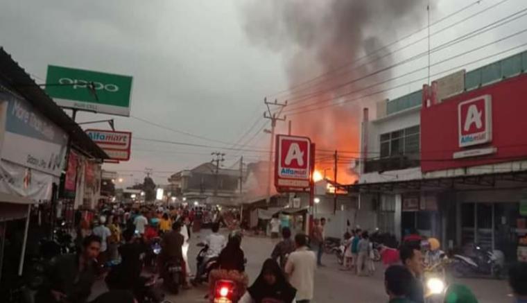 Toko sepatu yang terbakar di Pasar Malingping tepatnya di Desa Malingping Selatan, Kecamatan Malingping, Kabupaten Lebak. (Foto: TitikNOL)