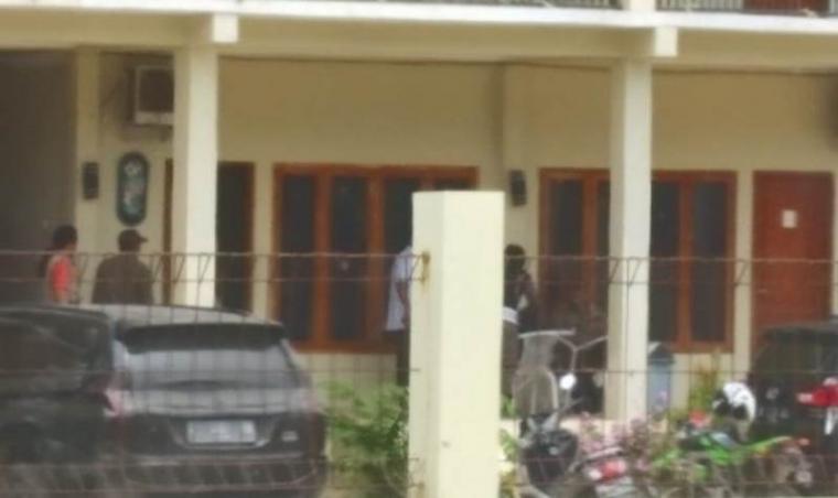 Sejumlah petugas Satpol PP Lebak terpantau saat melakukan penertiban perizinan hotel. (Foto: TitikNOL)