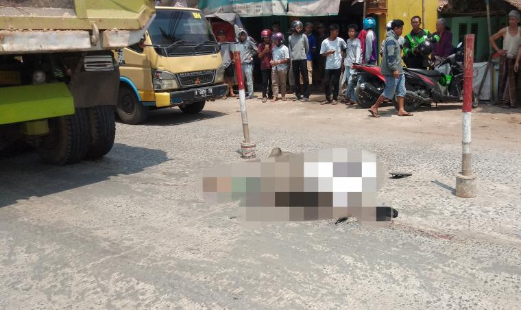 Pengendara motor Honda Scoopy yang terlindas truk di ruas Jalan Syech Nawawi, tepatnya di persimpangan empat Desa Kadu Agung. (Foto: TitikNOL)