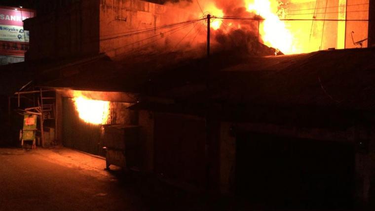 Kobaran api saat menghanguskan tiga toko di Jalan Apolo Cilegon. (Foto: TitikNOL)