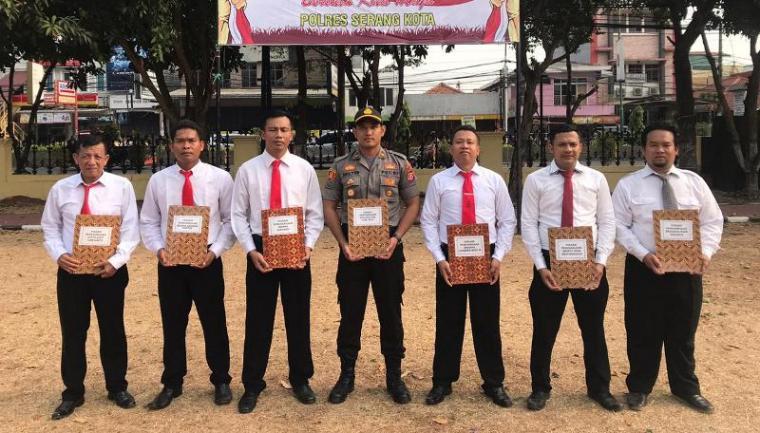 Penghargaan pengungkapan kasus pencurian dengan kekerasan (curas) dan pencurian dengan pemberatan (curat) yang diberikan Kapolres di halaman Mapolres Serang Kota, Senin (28/10/2019). (Foto: TitikNOL)