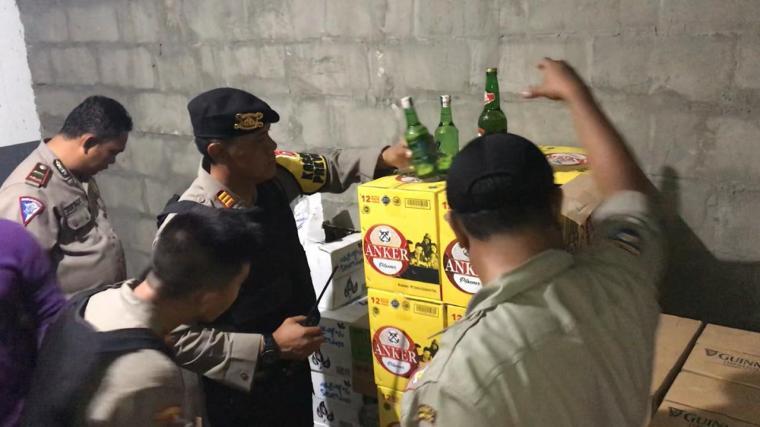 Polisi saat sita minuman keras dari gudang milik tempat hiburan malam Star Queen di JLS Cilegon. (Foto: TitikNOL)