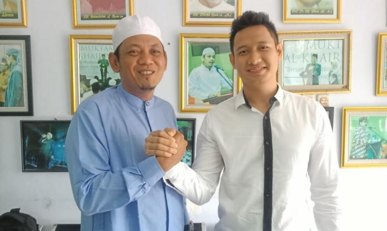 Ali Mujahidin dan Aktor Lian Firman foto salam komando. (Foto: TitikNOL)
