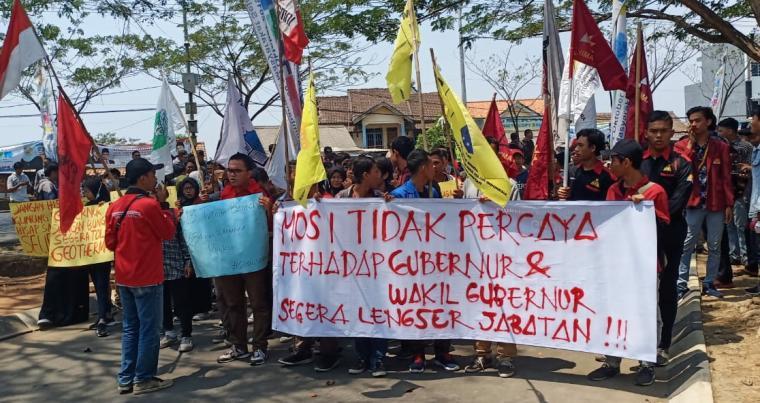 Aksi mosi tidak percaya kepada Gubernur dan Wakil Gubernur Banten Wahidin Halim-Andika Hazrumy, di depan gedung DPRD Banten, Jumat (4/10/2019) siang. (Foto: TitikNOL)