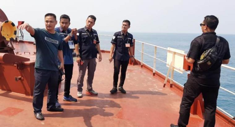 Polisi dari Ditpolairud Polda Banten saat melakukan penyelidikan di MV Enterprise yang dibajak oleh perompak. (Istimewa).