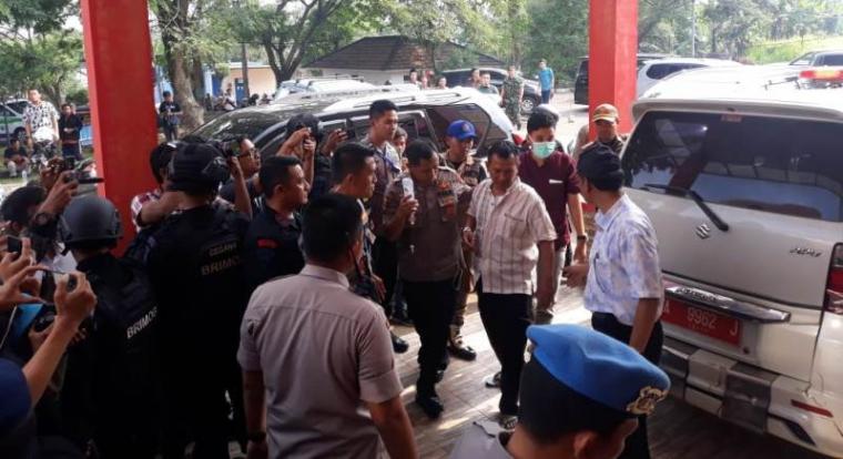 Kapolsek Memes Kompol Dariyanto saat masuk IGD RSUD Berkah Pandeglang. (Foto: TitikNOL)
