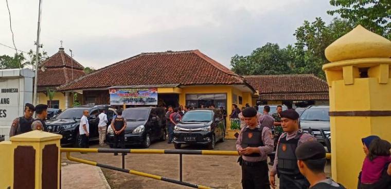 Suasana Polsek Menes setelah dua pelaku dibawa ke Mabes Polri. (Foto: TitikNOL)