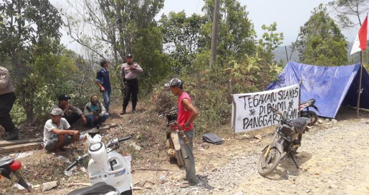Puluhan warga dan aktivis mahasiswa menggelar aksi unjuk rasa mendesak Pemkab Lebak agar memperbaiki jalan rusak yang menjadi kewenangan Pemkab Lebak, yakni jalan penghubung empat desa di Kecamatan Panggarangan sepanjang lebih 15 KM yang lebih tujuh tahun rusak. (Foto: TitikNOL)