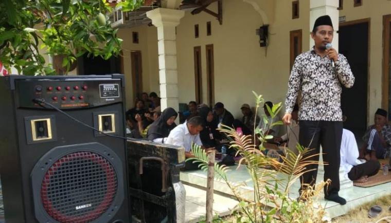 Sanusi, calon Kepala Desa Sawarna Timur nomor urut satu saat melakukan kampanye. (Foto: TitikNOL)