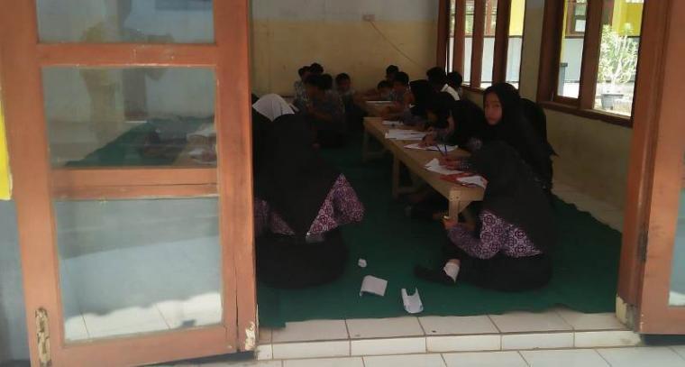 Sekolah Menengah Kejuruan Negeri (SMKN) 1 Cihara atau sekolah filial (Kelas jauh) SMKN 1 Malingping yang belajar di dalam mushola. (Foto: TitikNOL)