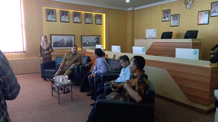 Tim Komisi Informasi (KI) Provinsi Banten saat datangi Dinas Komunikasi dan Informatika (Diskominfo) Kota Serang. (Foto: TitikNOL)
