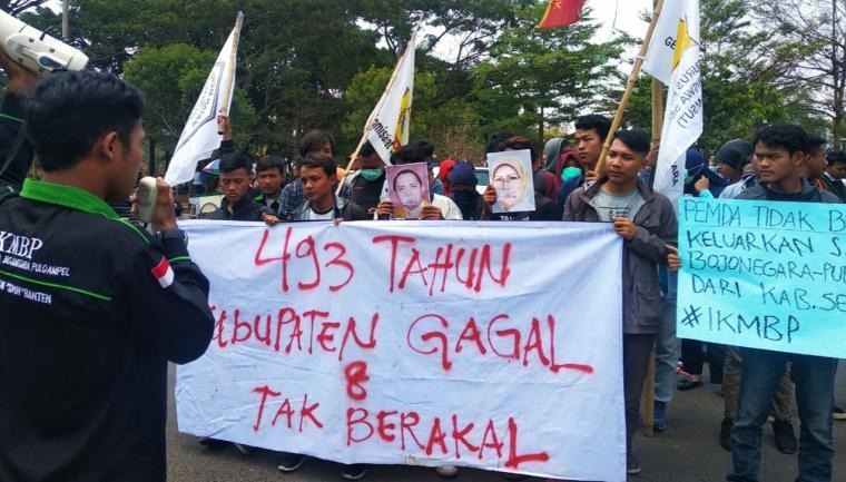 Aksi demontrasi Sejumlah mahasiswa yang tergabung dalam Aliansi Gerakan Delapan Oktober di depan Kantor Bupati Serang. (Foto: TitikNOL)
